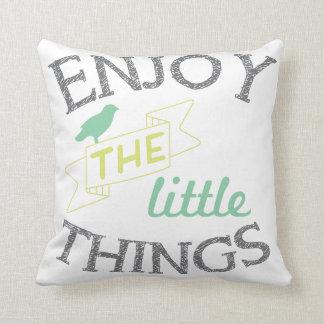 Aprecie o travesseiro pequeno das citações das almofada