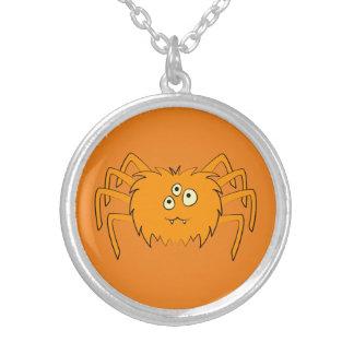Aranha bonito na laranja colar com pendente redondo
