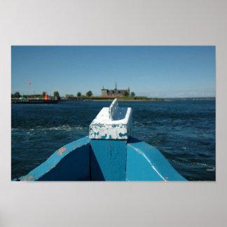 arco do barco com o castelo no fundo poster