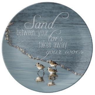 Areia entre suas citações da praia dos dedos do pé prato de porcelana