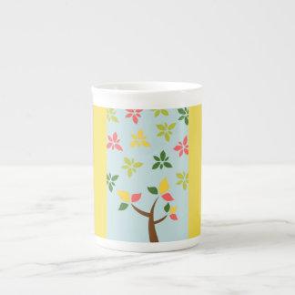 Árvore colorida estilizado e flores xícara de chá