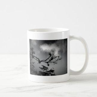 Árvore Contra o Céu Caneca