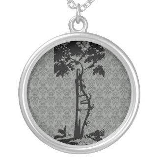 Árvore curvada ortopédica no damasco claro colar banhado a prata