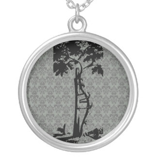 Árvore curvada ortopédica no damasco claro colar com pendente redondo
