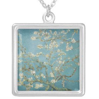 Árvore de amêndoa na flor por Vincent van Gogh Colar Banhado A Prata