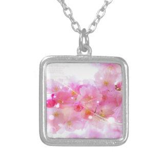Árvore de cereja japonesa com as flores do rosa colar banhado a prata