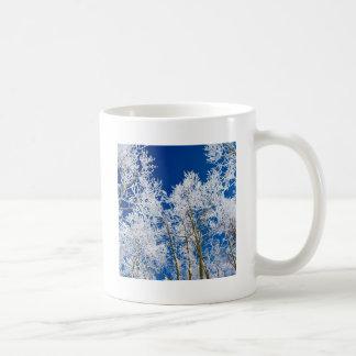 Árvore um a tarde gelado canecas