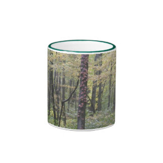 Árvores da montanha caneca com contorno