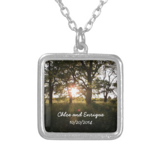 Árvores da silhueta e casamento da luz solar colar banhado a prata