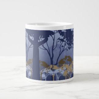 Árvores do inverno com névoa canecas de café muito grande