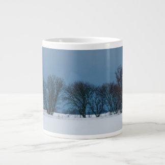 Árvores do inverno na neve caneca de café muito grande