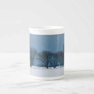 Árvores do inverno na neve caneca de porcelana