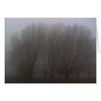 Árvores na névoa cartão comemorativo