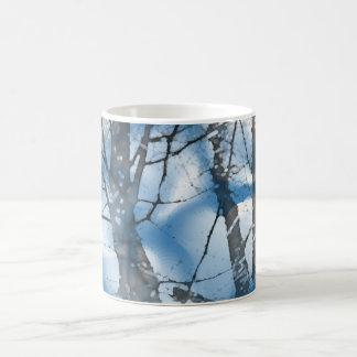 Árvores no azul caneca