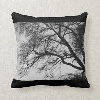 Árvores no travesseiro decorativo preto e branco almofada