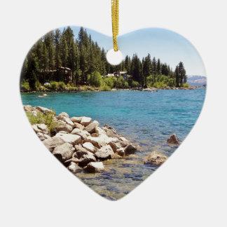 As águas claras de Lake Tahoe com montanhas nevado Ornamento De Cerâmica Coração