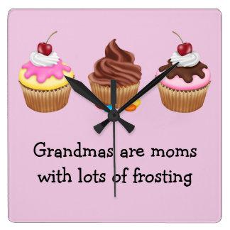 As avós são mães com lotes do glacé relógio para parede