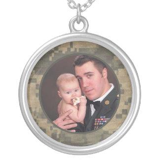 As forças armadas camuflam a foto feita sob colar com pendente redondo
