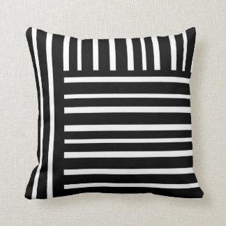 as listras chiques modernas descansam preto e travesseiros de decoração