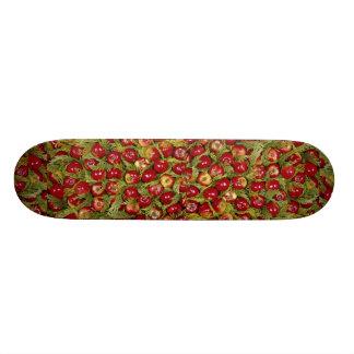 As maçãs vermelhas no cupressus saem da foto skate