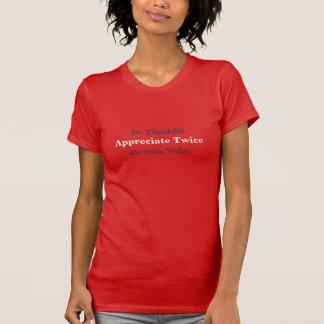 As mulheres apreciam duas vezes o t-shirt