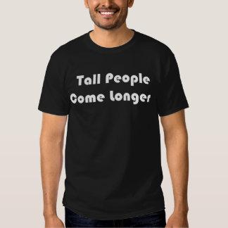 As pessoas altas vêm um Tshirt preto mais longo