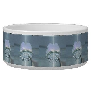 Asas de prata do anjo envolvidas em torno de um tijelas para comida de cachorros