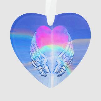 Asas do anjo envolvidas em torno de um coração