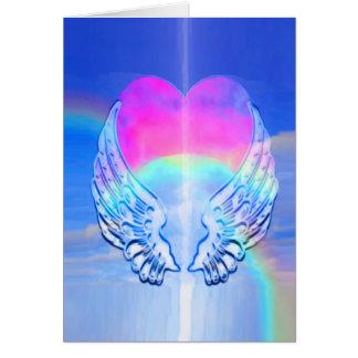 Asas do anjo envolvidas em torno de um coração cartão de nota