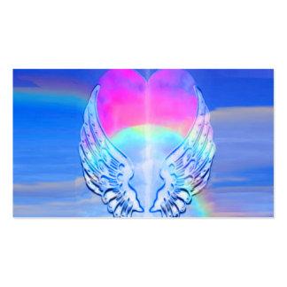 Asas do anjo envolvidas em torno de um coração cartão de visita