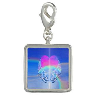 Asas do anjo envolvidas em torno de um coração do charms com foto