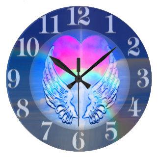 Asas do anjo envolvidas em torno de um coração relógios para paredes