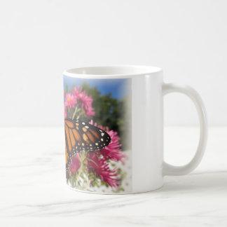 Asas do monarca - com vinheta branca caneca de café