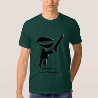 Assassino preto silencioso do ninja, armado e camiseta