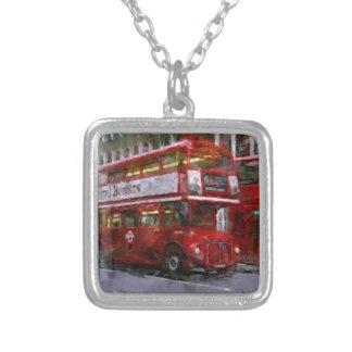 Autocarro de dois andares vermelho do quadrado de colar banhado a prata