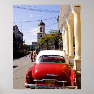 Automóvel americano clássico velho em Guanabacoa u Poster