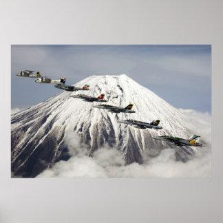 Aviões sobre Monte Fuji, Japão Posters