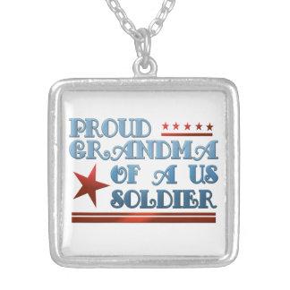 Avó orgulhosa de um soldado dos E.U. Colares