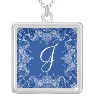 Azuis marinhos do monograma do casamento do colar banhado a prata