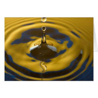 Azuis marinhos e gota amarela dourada da água cartão