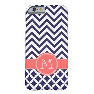 Azuis marinhos e monograma coral do costume de capa iPhone 6 barely there