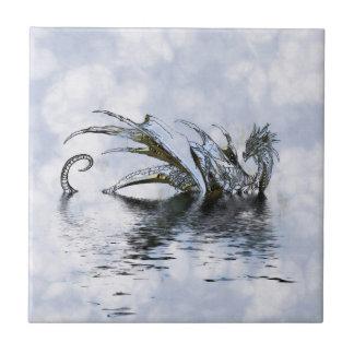 Azulejo De Cerâmica Ilustração azul do dragão nas nuvens e na água