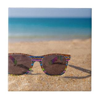 Azulejo De Cerâmica Óculos de sol coloridos que encontram-se em