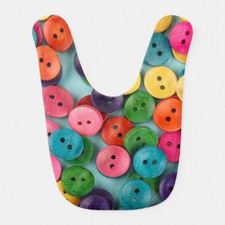 Babador colorido do bebê com impressão dos botões