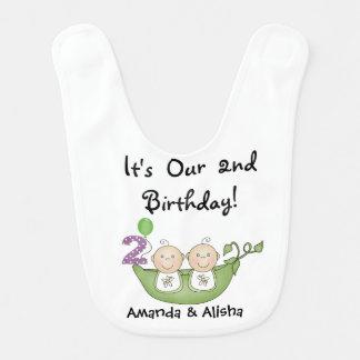 Babador Infantil Ervilhas gêmeas no segundo aniversário do vagem