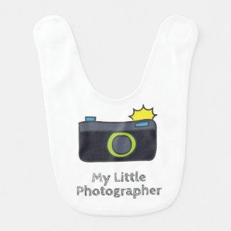 Babador Infantil Minha mão pequena do fotógrafo tirada