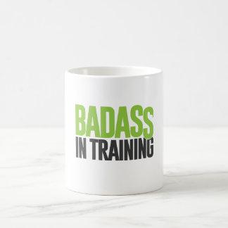 Badass no treinamento caneca