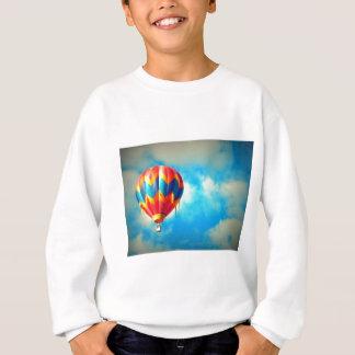 Balão de ar quente no alto no céu azul tshirt