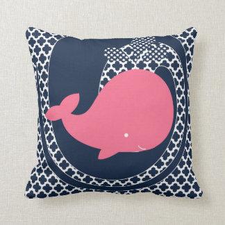 Baleia cor-de-rosa no travesseiro decorativo dos almofada