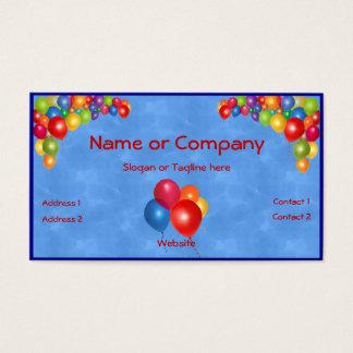 Balões coloridos no azul cartão de visita